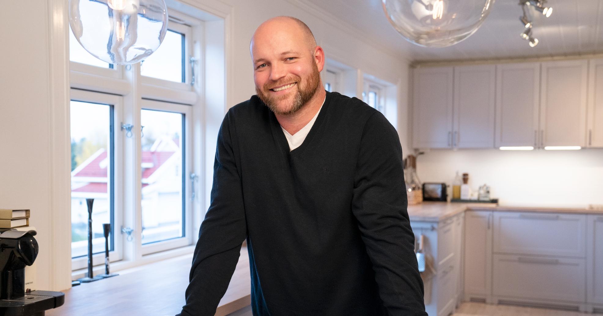 Bilde av en smilende Espen stående ved en kjøkkenbenk